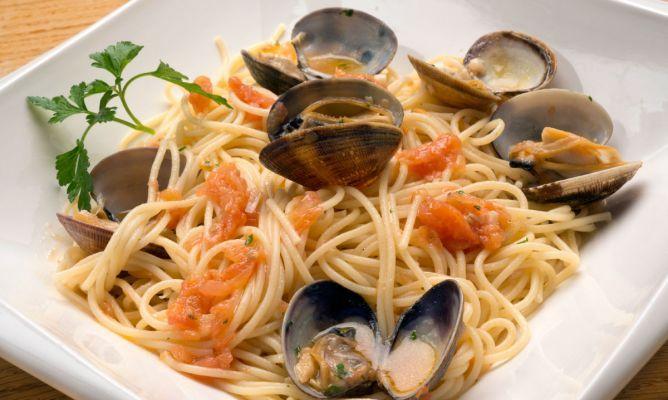 Receta de Karlos Arguiñano de espaguetis con almejas, guindilla y tomate, un plato nutritivo y saludable.
