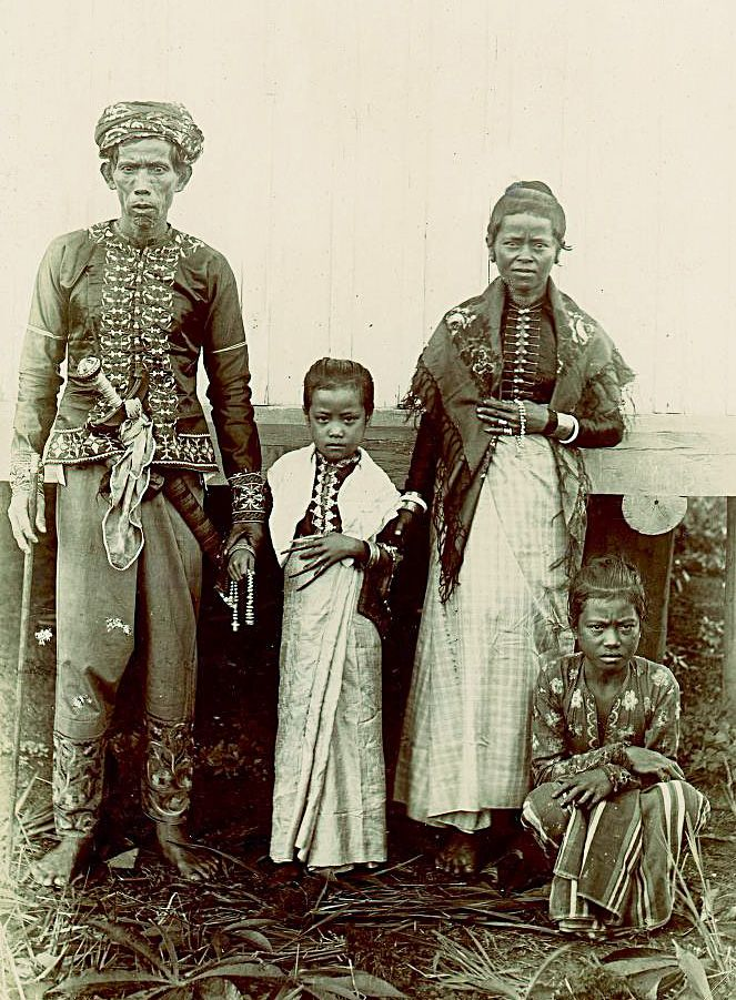 Ethnographic Arms & Armour - Period Photos of People with Ethnographic ArmsWhen: turn of 20th c. Where: Basilan Who:Datu Kalun and Family Weapons Visible: Kris
