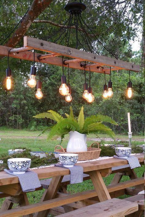 Antiker Bauernhaus-Leiter-Leuchter im Freien mit Weinlese Edison Bulbs