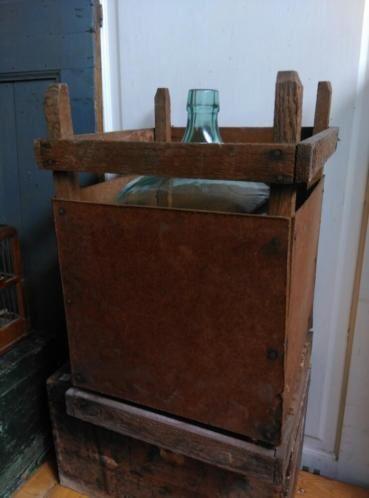 Oude Brocante Gistfles in Houten Krat  FL41