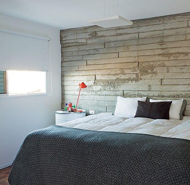O quarto do arquiteto Vinícius Mazzoni tem parede diferente, de concreto, e tambores no lugar dos criados-mudos