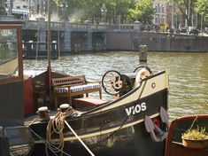 Beautiful historical houseboats in Amsterdam for rent. Houseboat rentals, charters and sailing boats for groups accommodation.