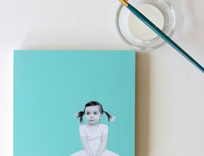une deco murale, toile bleue avec une photo enfant fille mignonne en noir et blanc collée dessus, cadeau fête des pères à fabriquer