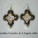 """Orecchini """"Croce tre colori"""" realizzati a mano in pizzo chiacchierino in cotone bianco, beige e marrone e perla bianca"""