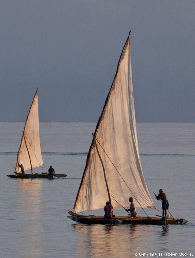 Nous commençons notre échappée belle en vous proposant de tanguer légèrement à bord du dhow, cet élégant navire si emblématique des paysages de Zanzibar.