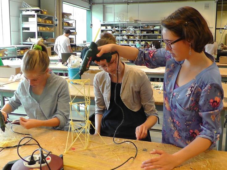 Workshop Torens van spaghetti bouwen tijdens de Girlsday 2013 gehouden op de Technische Universiteit TU/e Eindhoven op 25 april ( Techniekpact ).