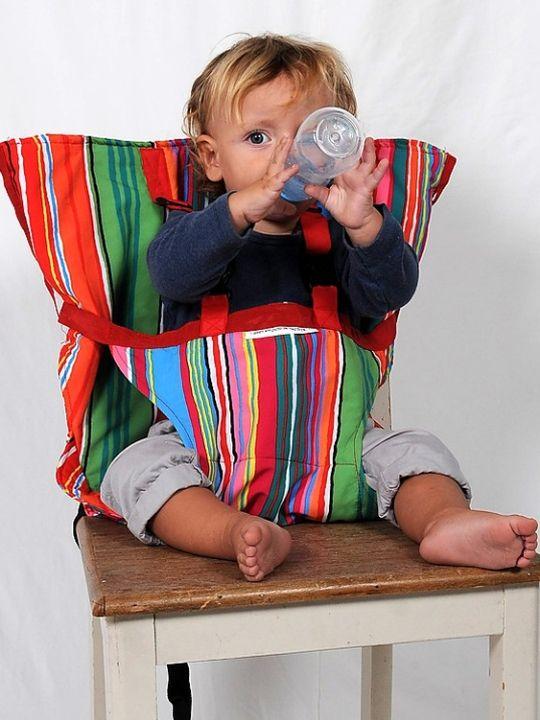 Trona Sack'n Seat Rayas Sack'n Seat Rayas Sack'n Seat es una trona portátil que se adapta a cualquier silla estándar, convirtiéndola en un asiento para tu bebé, y se pliega en una pequeña bolsita muy fácil de transportar. Perfecta para viajar, visitar a amigos, abuelos, restaurantes… La trona de tela Sack'n Seat se coloca fácilmente, basta con poner la funda en el respaldo de la silla y fijarla con las correas bajo el asiento para evitar que pueda mover