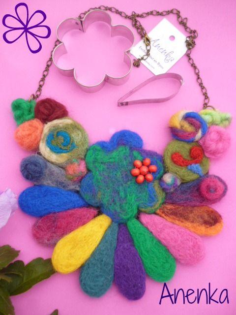 Collar Babero Multicolor en fieltro con aguja