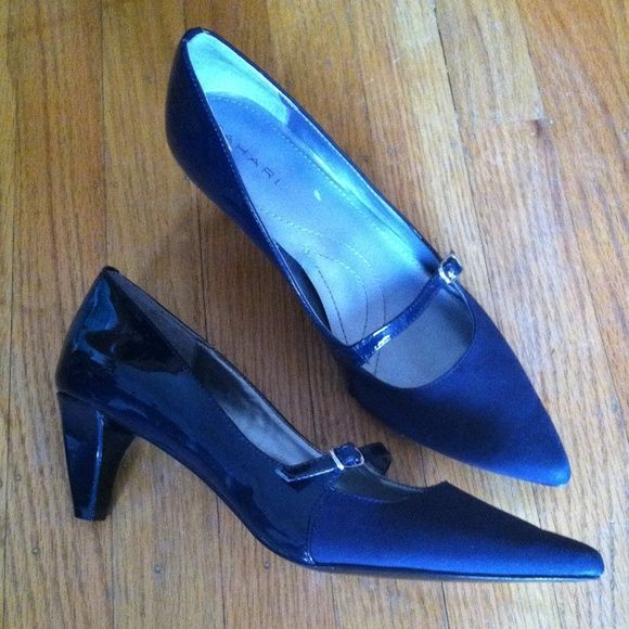 Tahari two tone heels Two toned navy blue heels made with a leather sole. Gently used. Tahari Shoes Heels