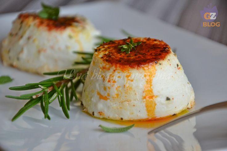 Ricottine speziate al forno, con erbe aromatiche, paprika e curry. Un secondo piatto o antipasto leggero e delicato.