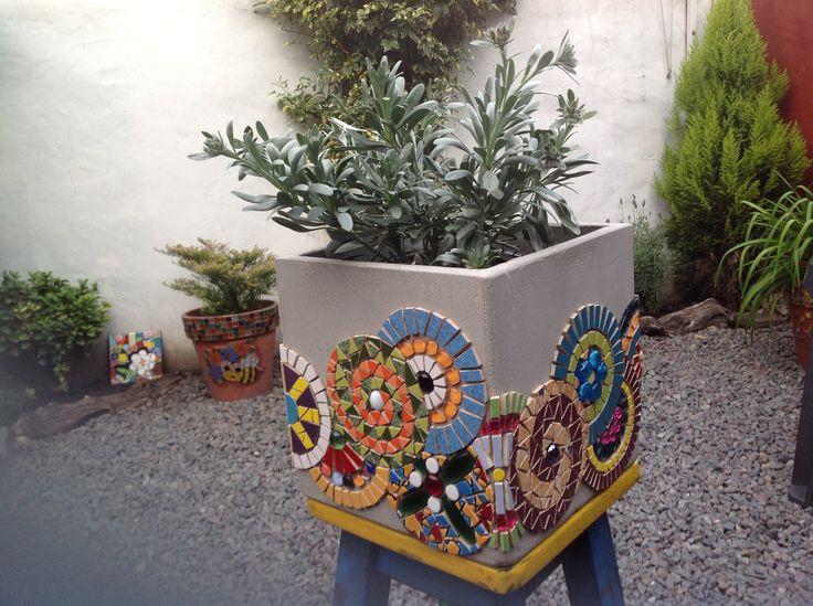 Maceta con guarda de espirales. Azulejos, piezas de cerámica, vidrio, gemas, piedras...