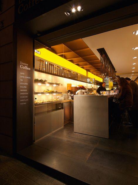 Doctor Coffe | Spaces | Antoni Arola Studio Eik, gult, svart, grå kjøkkenøy,