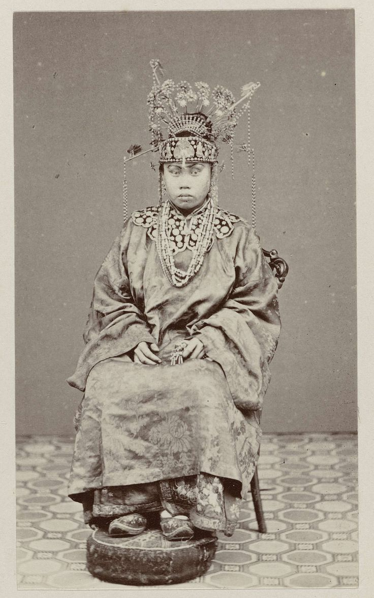 Woodbury & Page | Chinese bruid, Woodbury & Page, 1870 | Studioportret van een Chinese bruid te Batavia. Ingeplakte foto in het fotoalbum getiteld: Gezichten van Java.