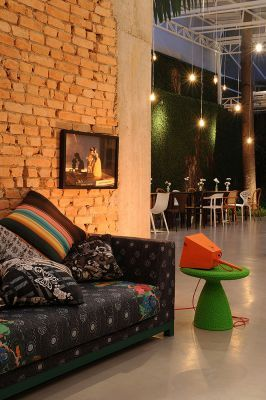 Vitor Penha - industrial chic rústico rustic reuso de design iluminação lightning tijolo brick cobertura vidro glass ceiling glass roof parede verde parede viva green wall sala room