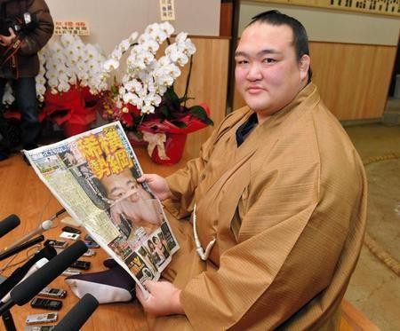 貴重な?デイリー1面を飾り、満足げに本紙を手にする稀勢の里=東京都江戸川区の田子ノ浦部屋(撮影・出月俊成) / 稀勢の里 一夜明け「自分以上の違う力が働いていた」  デイリースポーツ(2017.1.25) #sumo #相撲 #稀勢の里