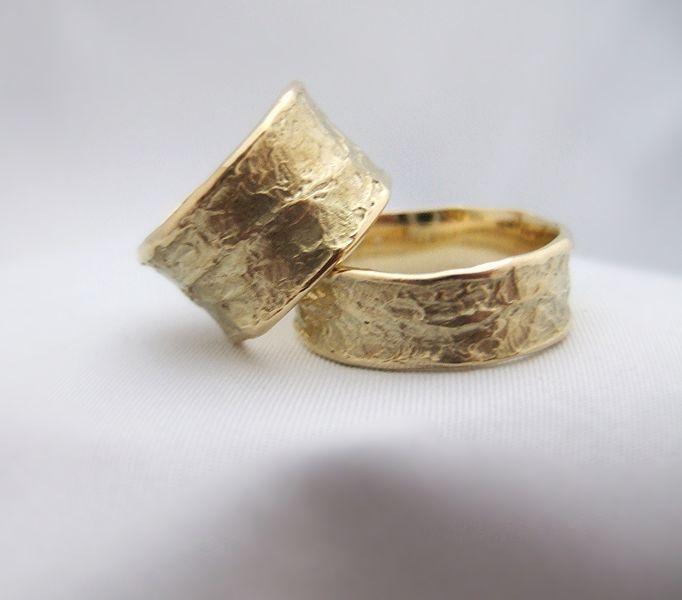 Subtiele structuur in een paar grillige gouden ringen. In eigen atelier gemaakt.
