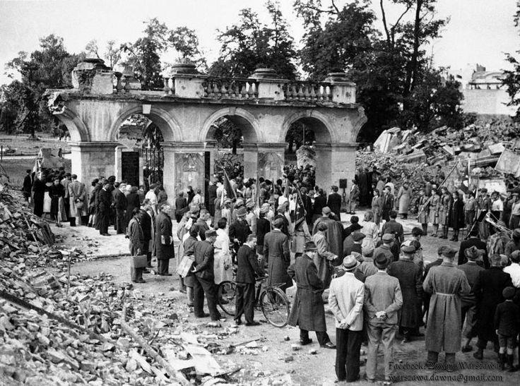Pozostałości wysadzonego przez Niemców w grudniu 1944 roku Pałacu Saskiego z ocalałym Grobem Nieznanego Żołnierza. Dawna Warszawa