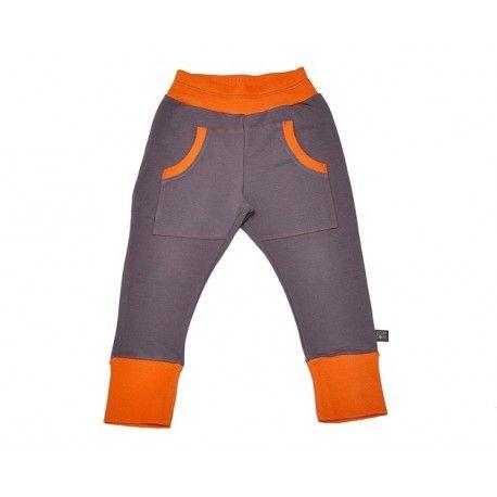 Spodnie z ciepłej, szarej dresówki z pomarańczowym ściągaczem. Posiadają fantazyjne, głębokie kieszenie urozmaicone pomarańczową nitką.  Dresówka z certyfikatem GOTS: 95% bawełna organiczna, 5% elastan.