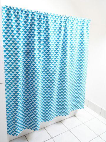 Aujourd'hui c'est encore un petit tuto tout simple et rapide que je propose : la confection d'un rideau. Fournitures : – Tissu – Ciseaux – Fil – Mètre de c…