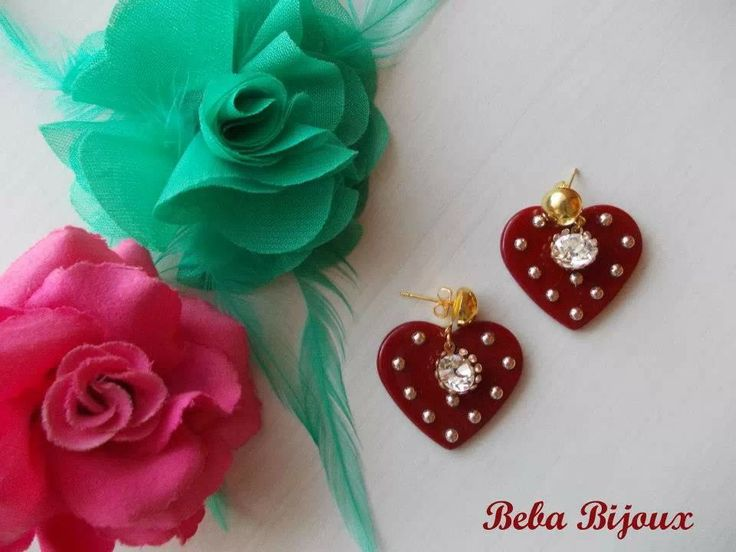 Cuore in resina bordeaux con borchie color oro chiaro. Perno color oro 9 mm , Nickel Free. Pendente porta strass color Crystal.