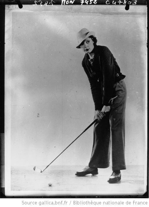 Une actrice de Hollywood jouant au golf en tenue masculine : [photographie de presse] / Acmé - 1