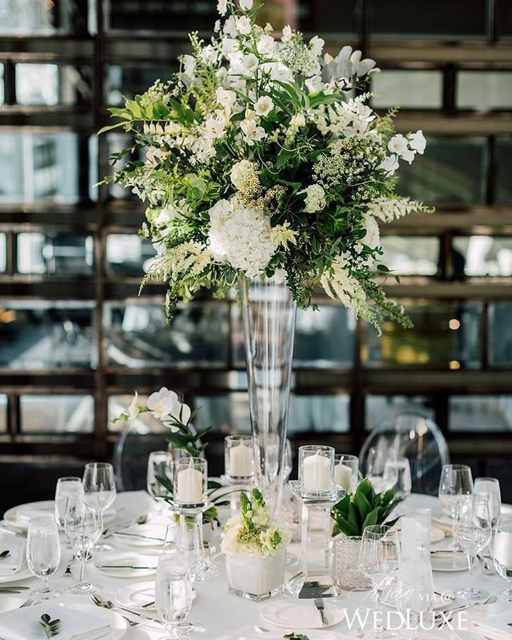Nothing steals our attention quite like a romantic #centrepiece that channels modern-day garden vibes! | Photography By: Purple Tree Photography | WedLuxe Magazine | #WedLuxe #wedding #luxury #luxurywedding #weddinginspiration #floral