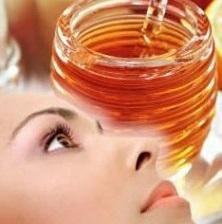 Cuáles son los beneficios de la miel para la piel. La miel es uno de los ingredientes naturales más preciados en el mundo de la cosmética. Su riqueza vitamínica y la enzimas naturales que contiene, le otorgan un poder especial para cuidar y embellecer...