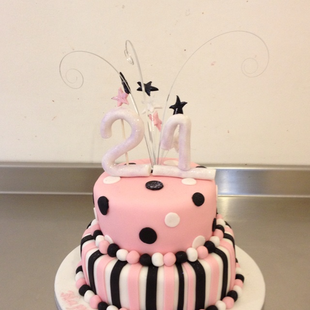 21st birthday cake...ooo I want this one for my birthday reminds me Of the one I has for my sweet 16