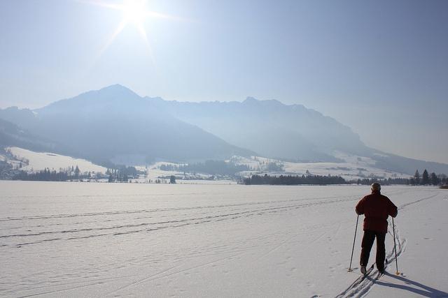 Langlaufen auf dem See - es gibt ja in der Region nicht nur den Chiemsee.     Der Walchsee am Fuße des Zahmen Kaisers in Tirol liegt ca 20 Minuten entfernt vom www.sporthotel-achental.com bei Kössen und ist Sommer wie Winter einen Ausflug wert.