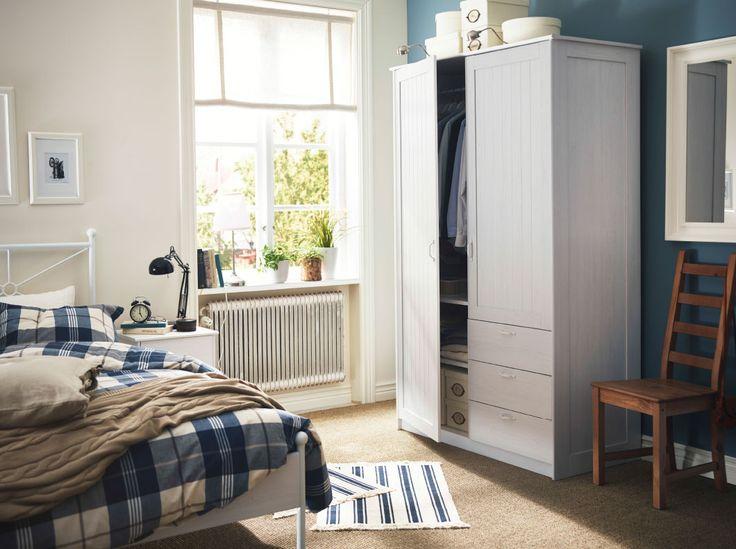 Ein Schlafzimmer im traditionellen Stil u. a. mit MUSKEN Kleiderschrank mit 2 Türen und 3 Schubladen, MUSKEN Bettgestell und MUSKEN Ablagetisch in Weiß