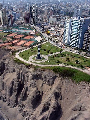 Peru, Lima; vista del Faro de Miraflores a orillas de los acantilados de costa verde -Jhabich