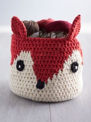 Patrón gratis para hacer esta cesta de zorrito, en inglés >> Foxy Stash Basket | Yarn | Free Knitting Patterns | Crochet Patterns | Yarnspirations