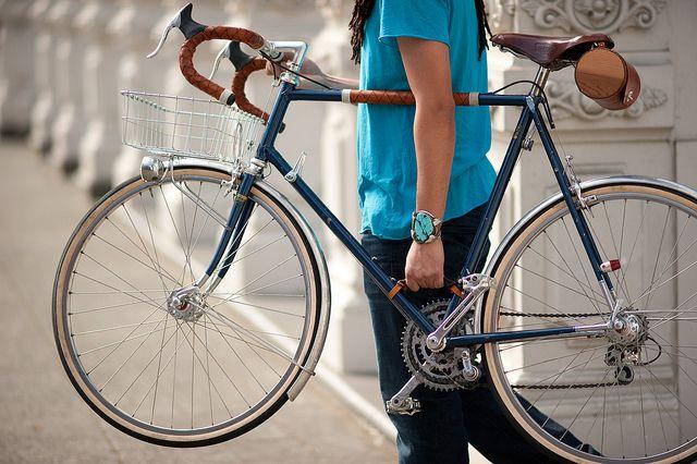 ロードバイクを片手で安定して持ち運べるレザーハンドル。 BB付近で保持できるので持ちやすくバランスも良いから疲れにくい逸品じゃないかなあと期待しているのです。