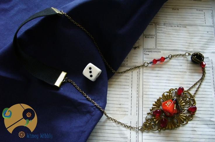 Headband bijou asymétrique geek très original sur le thème du jeu de rôle Vampire La Mascarade, avec son dé à 10 faces.  Un très bel accessoire qui allie jeu de rôle, raffinement rétro et vampirisme.