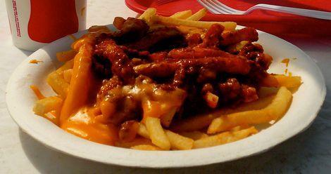Chili Cheese fries: In Amerika zijn de 'chili cheese fries' een echte hit. Over de friet wordt kaas gedaan, vaak American of Cheddar kaas en daarna wordt chili (con carne) toegevoegd.
