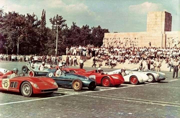 Autóverseny rajtja a Felvonulási téren, 1958.