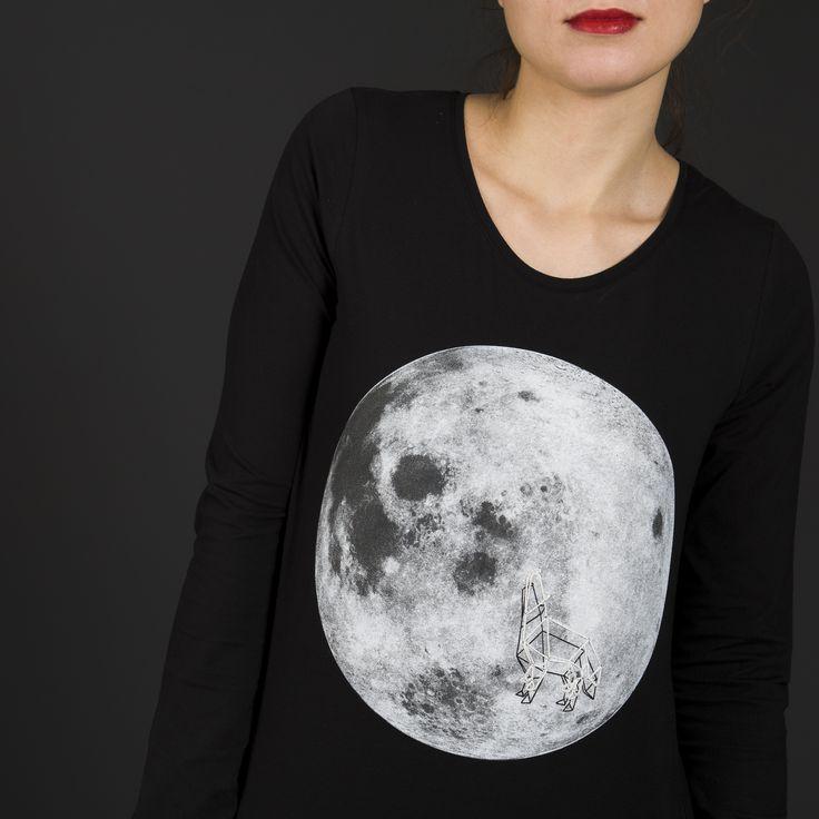 Dámské černé tričko s dlouhým rukávem. Potisk Měsíce doplněný o ruční výšivku tvořící 3D efekt. Kulatý výstřih. Bavlna s elastanem. Skvěle padnoucí střih s prodlouženou délkou.