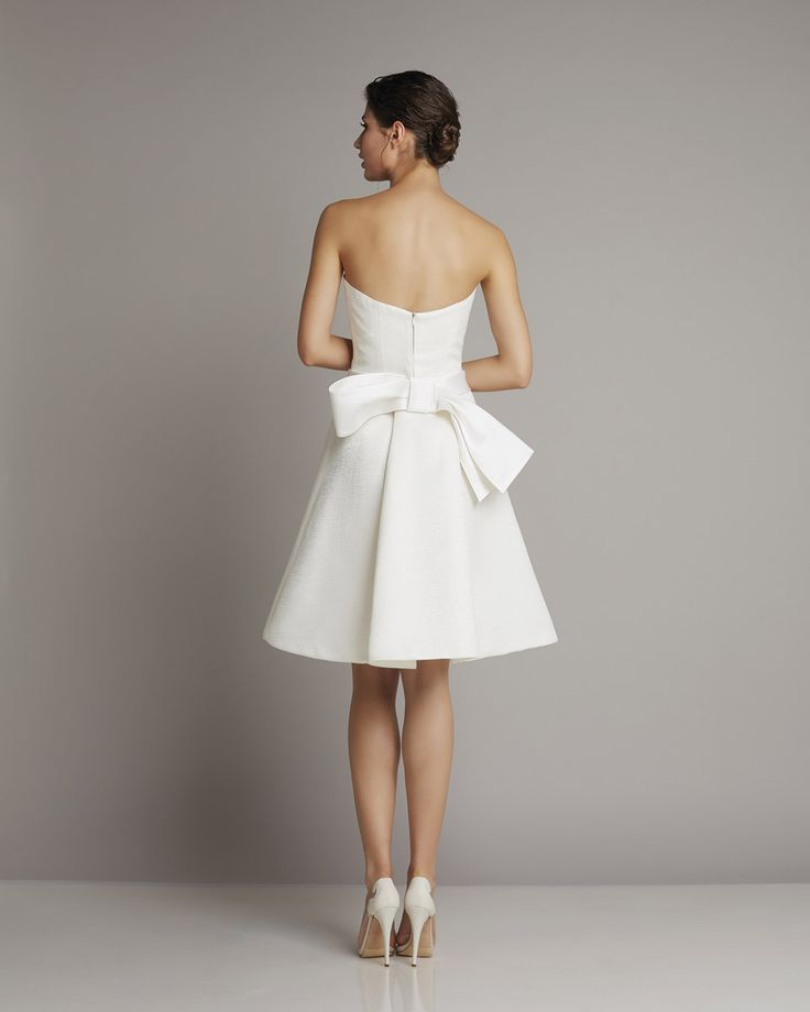 Short strapless wedding dress made of silk with a large decorative bow of Giuseppe Papini