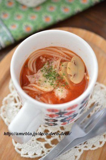 マグカップとレンジだけで作ったとは思えないくらい本格的な味わいのトマトスープパスタです。少し多めに作って、ランチ用にしても良いかもしれませんね。