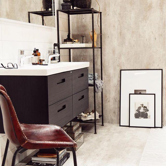 Den svarta möbeln ger ett häftigt och rustikt intryck tillsammans med den snygga stylingen från @atelje18. Möbeln heter NORO Relounge