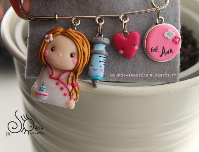Alfinete com: Enfermeira em tons rosa escuro, com cabelo apanhado em Trança Seringa com carinha Coração Medalha com nome