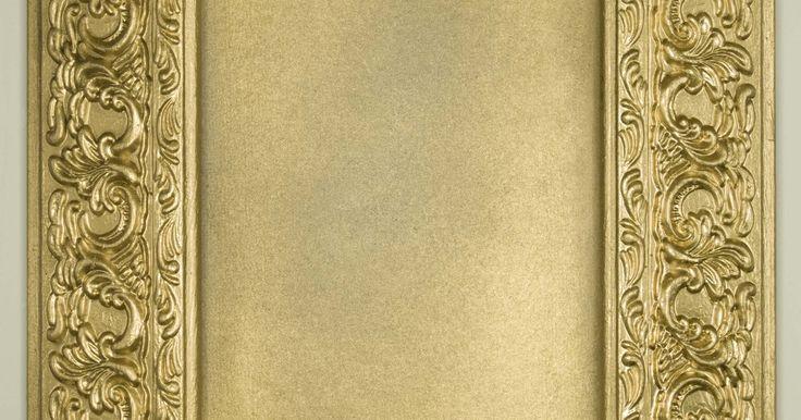 Como repintar objetos dourados. Itens pintados de dourado, como molduras de quadros e estatuetas, tendem a apresentar lascas ou riscos com o passar do tempo. O simples manuseio normal da peça pode fazer com que a coloração desbote ou perca seu brilho. É fácil retocar a pintura dourada utilizando tinta acrílica dourada da mesma tonalidade. Diversas colorações de tinta dourada ...