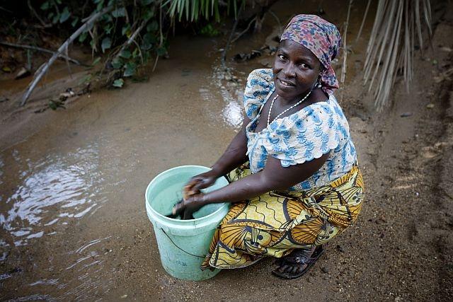 Una donna nigeriana lava i vestiti al fiume. Ha assunto la sua dose di Mectizan che la protegge dalla cecità dei fiumi.  http://www.sightsavers.it/il_nostro_lavoro/le_persone_che_avete_aiutato/19509.html