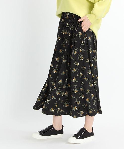 さらりとした素材感と揺れ感のあるフラワープリントのロングスカートです。 トレンドのダークカラーベースに程良い大きさの花柄プリント、素材感を活かしたフレアラインで大人っぽく着こなせます。 トップスはベーシックなシャツやカジュアルなTシャツなどと合わせて、シンプルにまとめるのがおススメです。