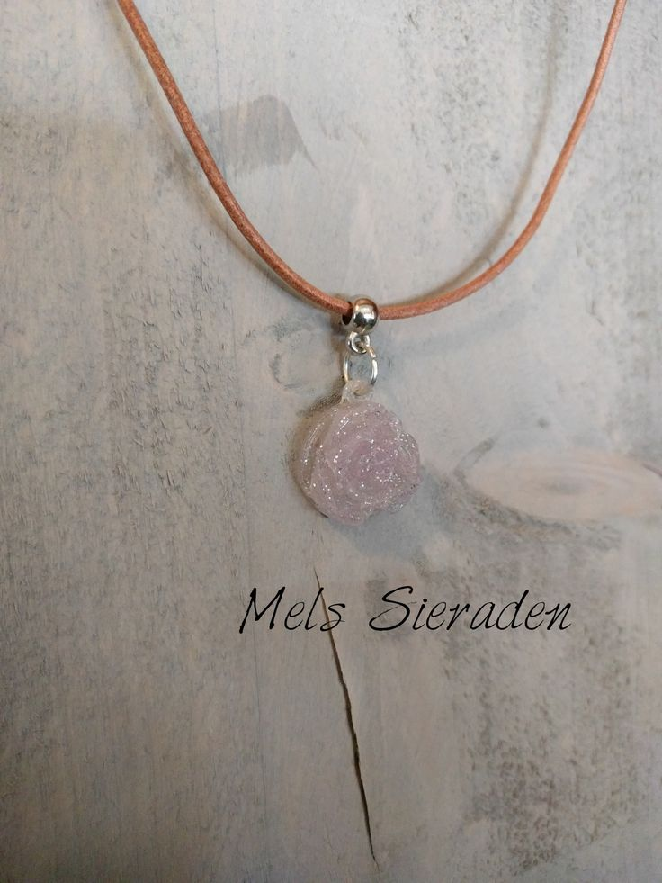 Lederen ketting met licht roze hanger gemaakt van hars