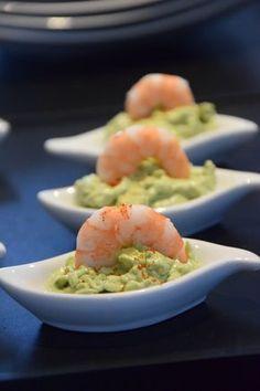 Pour épater vos convives à l'apéro, testez cette recette de mousse d'avocat au mascarpone et aux crevettes, très rapide à préparer. Vous pouvez la réaliser dans des verrines ou dans d'autres contenants plus originaux. Laissez libre cours à votre imagination !