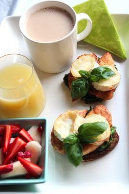Ruokaisa lämmin leipä on hyvä lähtökohta pikkubrunssille, varsinkin kun siinä on vuohenjuustoa ja kanaa perunalimpun kaverina…