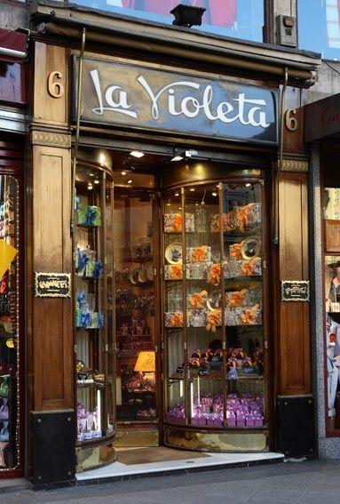 """Una de las tiendas más sugestivas de Madrid, con su portada clásica y sus vitrinas isabelinas, es sin duda """"La violeta"""", en la Plaza de Cana..."""