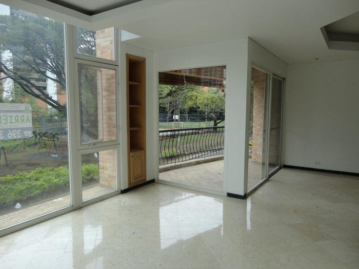 Amplio Hall con Balcon