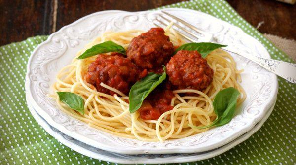 """Gli spaghetti con le polpette e gli altri falsi miti della cucina italiana all'estero http://www.sapereweb.it/gli-spaghetti-con-le-polpette-e-gli-altri-falsi-miti-della-cucina-italiana-allestero/  FULLSCREEN     Spaghetti con polpette      Pizza Pepperoni      Fettuccine Alfredo      Spaghetti Bolognaise      Pizza Pineapple      Pasta con pollo      Parmigiana di Pollo      Spaghetti Carbonara       """"Buongiorno, vorrei un piatto di fettuccine Alfredo"""". Immagina"""